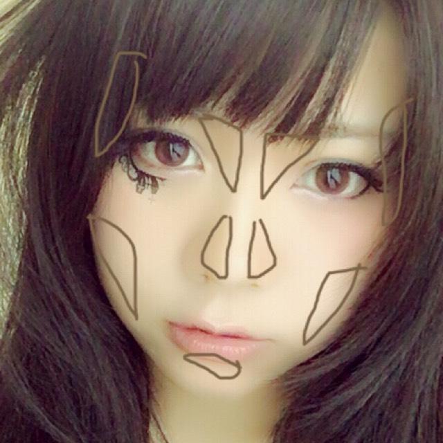 シェーディングパウダーで堀深めの顔を作る。小顔に見えるように頬骨のあたりもシェーディングを入れます。