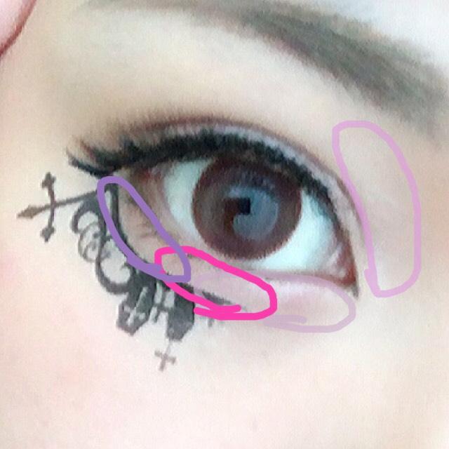 目尻の紫はマジョリカマジョルカ。そのほかの色はキャンメイクのシャドウを使います。 濃いピンクを使ってウルウル目を。