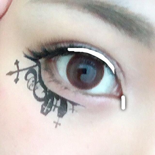 黒のライナーで黒目強調と、目頭切開メイクをします。