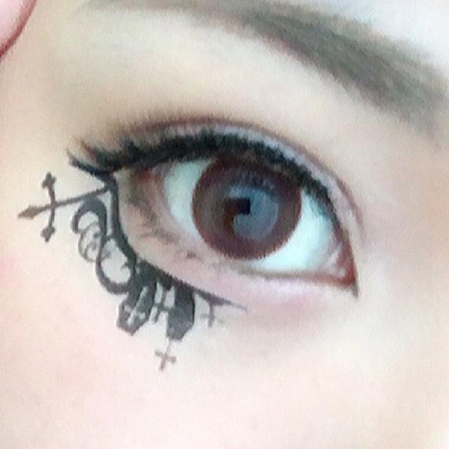 ダイソーで買ったタトゥーシールをつけます。その下辺りにチークを塗ります。