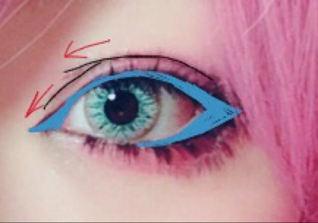 青の部分に沿ってアイラインを引きます。 猫目っぽく見せるために目尻は少し上げ目にします。 私は二重幅のラインを強調するために、ブラウン系のシャドーでなぞり、目頭の部分を描きしています。 一重の方は目から3ミリ上くらいにダブルラインを引き、同じように目頭部分を枝分かれさせてください。