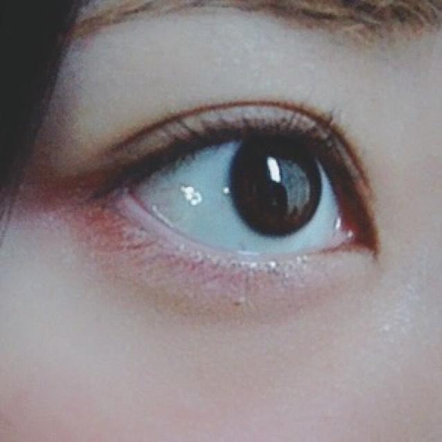 目の下にうっすらピンク色のシャドウを入れるのもデカ目に繋がると思います☺︎