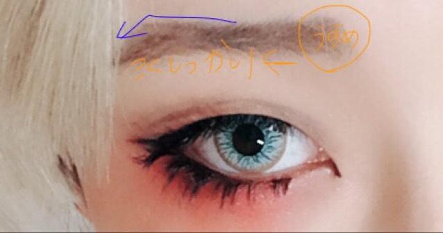 眉毛は外国人特有の上がり眉で、目尻に向かってしっかり描きます。眉頭は薄めにしてグラデーションにすると自然に見えやすいです。ケイトのアイブロウがお勧め。
