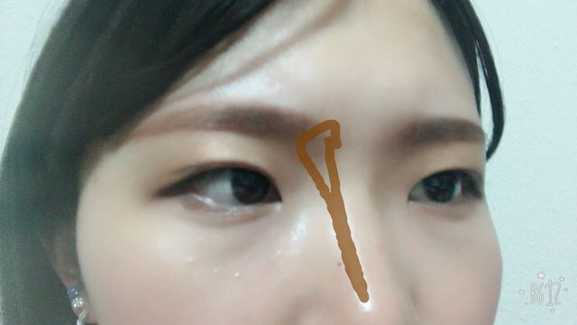 ノーズシャドウを入れます 小松菜奈さんはしっかり影ができているので濃いめに入れて大丈夫です 眉頭のところは三角になるように意識して入れます