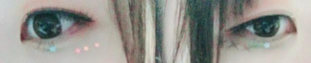 左の写メは目の下にネイル用のパーツを3つ横並びにつけてます。右の写メは×を3つリキッドアイライナーでかいただけです。下まつげにもスターのネイルパーツつけてます!