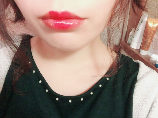 どうせ唇が分厚いなら目立たせちゃえ!ってことで全体にオレンジりっぷをぬり赤リップで真ん中にハートを。その上からジバンシィのブラックグロスを塗ってます。