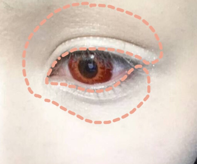 肌色のアイシャドウを目の周り全体に塗ります(ちょっと盛りすぎましたが実際はもう少し範囲狭めです)