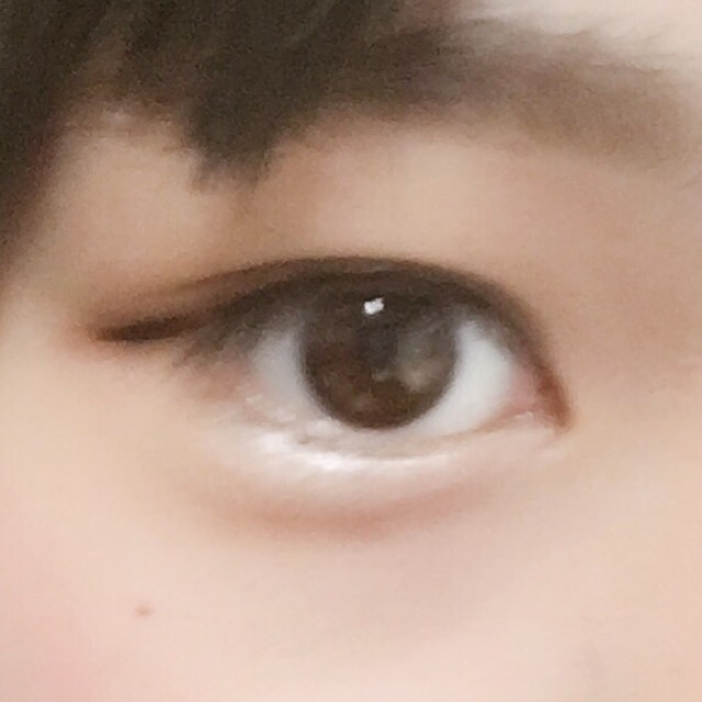目のきわにアイラインをひきます 目尻はスーッと少し伸ばします