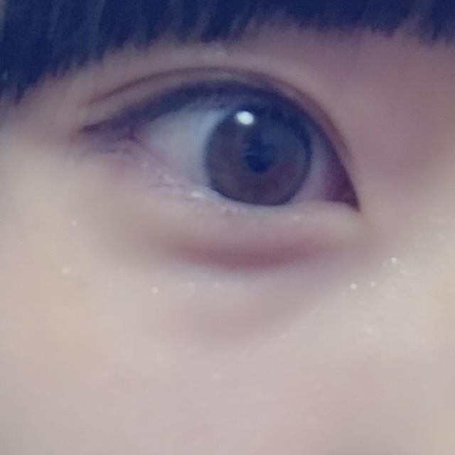 目が離れ気味なのでアイシャドウは目頭を濃く。アイライナーはあまり伸ばさない
