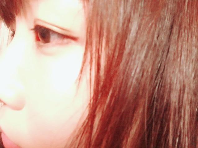 二重をくっきりさせます。目頭、目尻はアイライナーで二重線を描いてます。つけまつげはレンズに当たるのでまつげはマスカラだけにします。