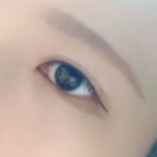 何もしていない状態です  今回は小松菜奈さんメイクのときと同じで目のキワにベージュと薄いブラウンのシャドウを混ぜてのせています(涙袋をぷっくりさせるのとは関係ありません。メイク的にやっています)