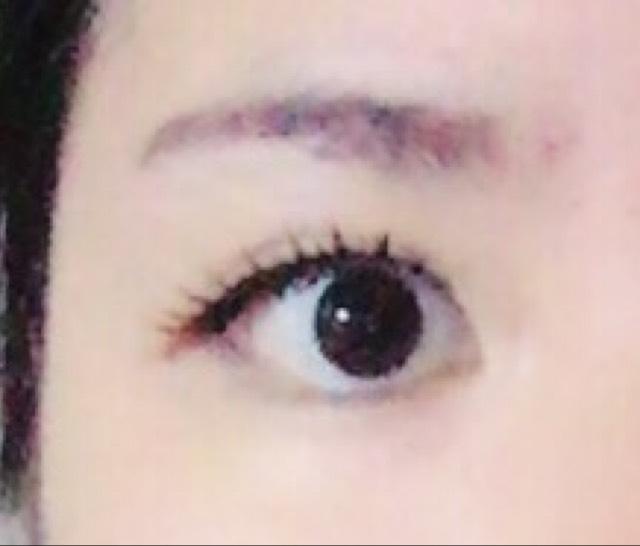 つけまつげを丸目になるようにつけ、つけまつげと目の間をアイライナーで埋めます。あらかじめ描いておいたラインをもとに、今度はしっかりとラインをひいていきます。今回はタレ目気味にしました。