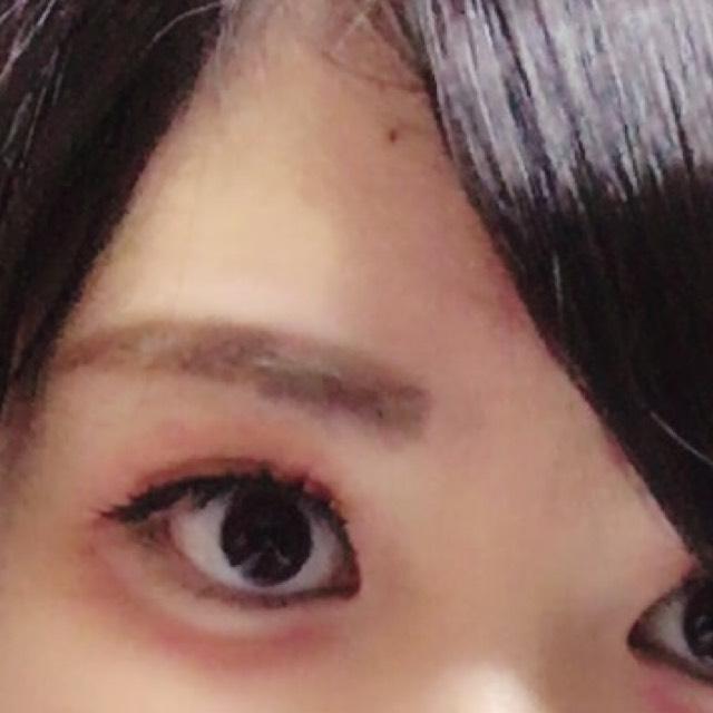 眉マスカラで眉の色を薄くしてから、茶色の眉ペンシルで眉毛を長く少し濃いめに描きます。