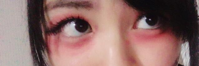 目の下に、赤シャドウをパンダみたいなイメージで指で馴染ませながらのせます。 涙袋の所は少しだけのせます。 少し濃すぎかな?と思うくらいまでのせちゃって大丈夫です。