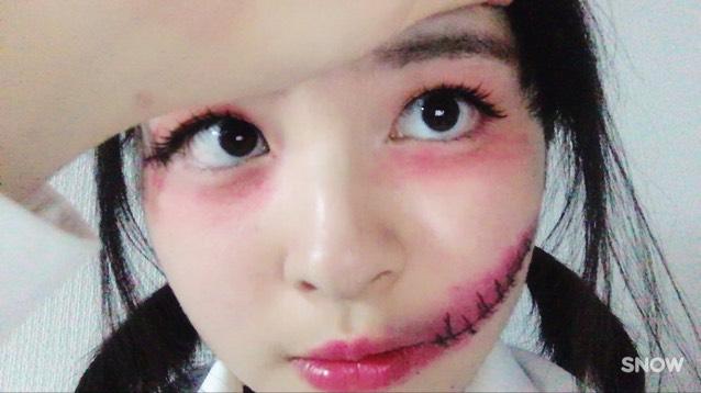 黒のアイライナーで縫い目をかき、ホワイトのアイシャドウを傷の適当な場所にポンポンとのせます。(←これをすると光沢が出て、傷っぽさが増します!) 少し口紅を足し馴染ませたら、口裂けメイクの完成です。