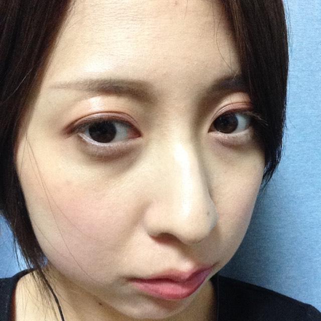 眉毛は、眉頭はパウダー、眉尻はペンシルで並行意識して書きます。 リップは先程目で使ったリップバームを使用しました。 涙袋は薄ピンクまたは白のシャドウを使い、ブラウンのアイブロウペンシルで影をつけます