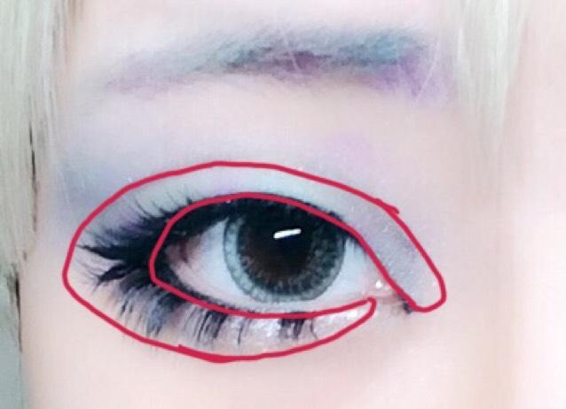 アイホール全体にアイシャドウベースを塗り、赤で囲ってある部分に明るめの水色をのせます。 ダブルラインより上には、目尻に向かい、グラデーションになるように濃いめの青を入れます。