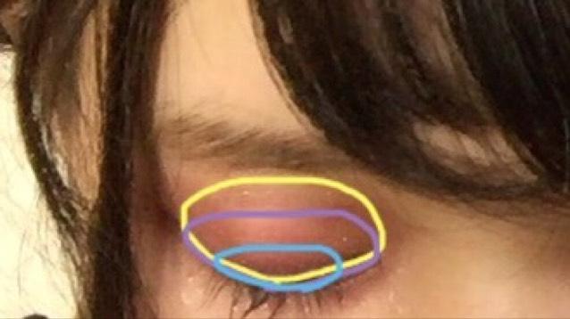 青は2色1:1の割合で混ぜ黒目の上に塗ります!あまり広く塗らない方がいいです