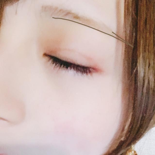 アイブロウペンシルで並行に書いた後パウダーを全体に塗り眉マスカラを均等に塗ります。