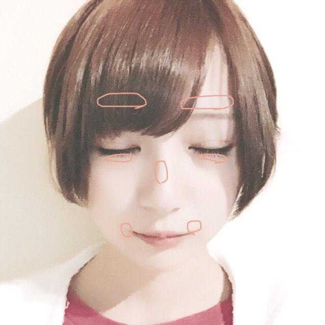 コンシーラーを写真の位置に塗り、ベビーパウダーを顔全体に薄く塗ります。