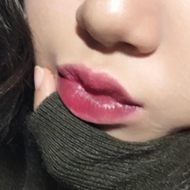 リップは、まず、 コンシーラーで色味を消して、 赤色の口紅を全体に広げて、 それより濃い紫っぽい口紅を赤色の口紅より狭くなるようにして、 茶色のアイシャドウを唇の内側にする。