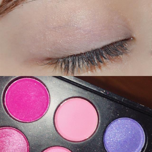 二重幅を少しオーバーするくらいまで薄いピンクを塗ります!