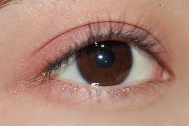 目尻にも薄く赤色を塗ります