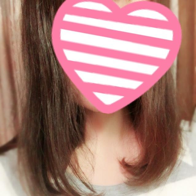 髪の長さはミディアムです。ロールブラシをつかって伸ばすとくるっと内巻きになります。