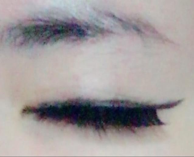つけまつげの上の方にアイラインを付け足します。目尻は少しはね上げるように、また、目を開けた時につけまつげの延長線にラインがくるようにかきます。