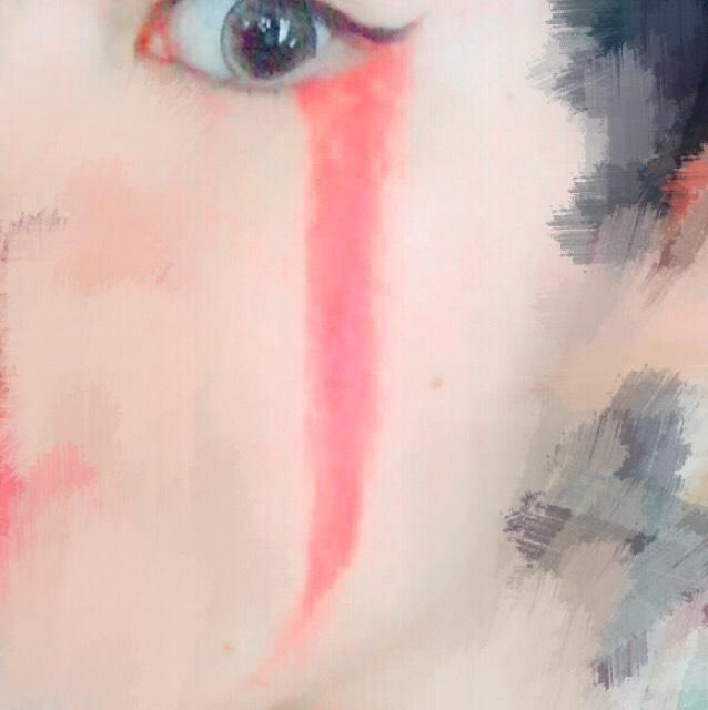 お好きな方の目に赤シャドウで画像のようにラインを濃く引いていきます。シャドウじゃなくても、顔に描けるものなら何でもOKです。 赤ラインは、アイラインの端から描くのがポイントです。