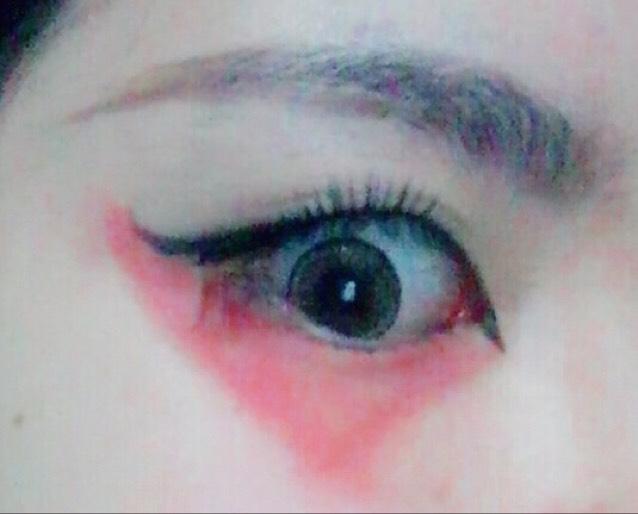 反対の方の目は、先程とは違い、目の端から端まで、三角形になるように短めに赤ラインをひきます。三角形は、目尻側の辺が長くなるようにするとバランスが良くなります。