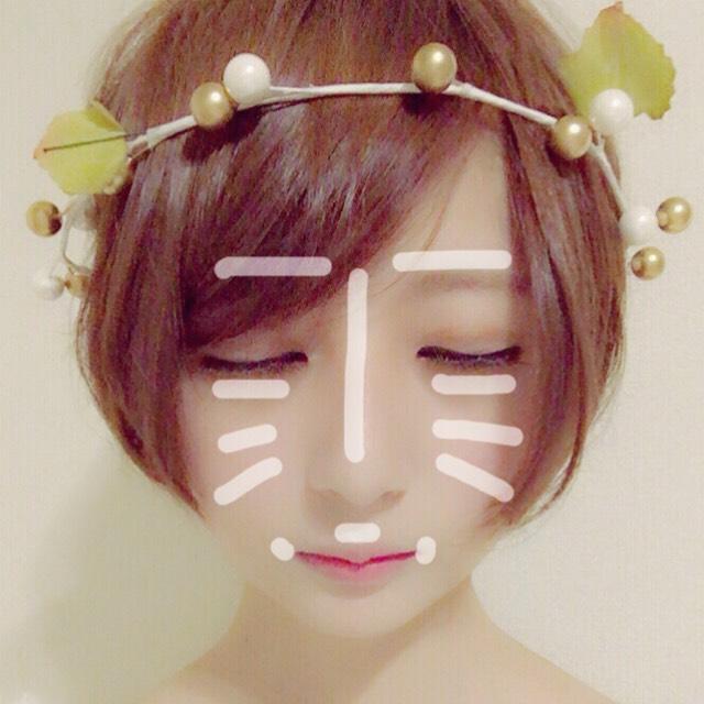 写真の白い部分にコンシーラーを塗りスポンジで伸ばします。 ベビーパウダーを顔全体に塗ります。