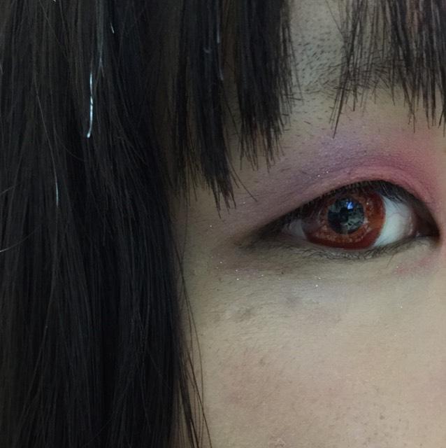 手を綺麗にし、カラコンを入れたら目尻側を紫、目頭側を赤、濃いブラウンを二重幅に塗ります〜赤と紫の境目はしっかりぼかしましょう!