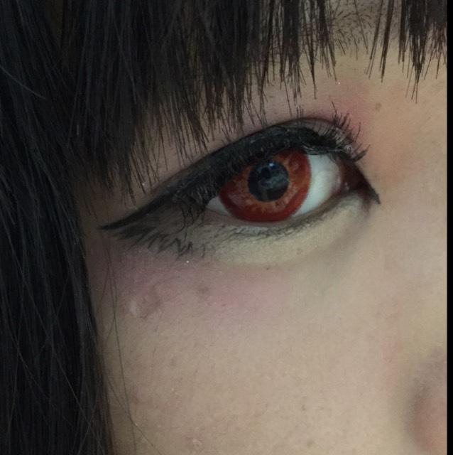 つけまつげをつけてビューラーで少し上げたらマスカラを塗ります。ついでにチークを目の近くに薄く入れます(´。•ω•。`)涙袋の所とチークの赤でパキッとさせます