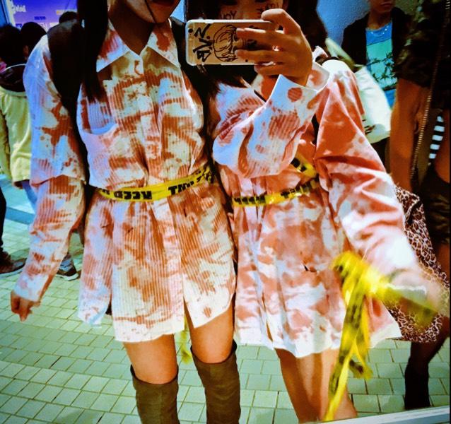 ワイシャツに血のりをベタベタ!!!! 100均のKEEP OUTテープを足や、お腹周りにぐるぐる巻きます!!