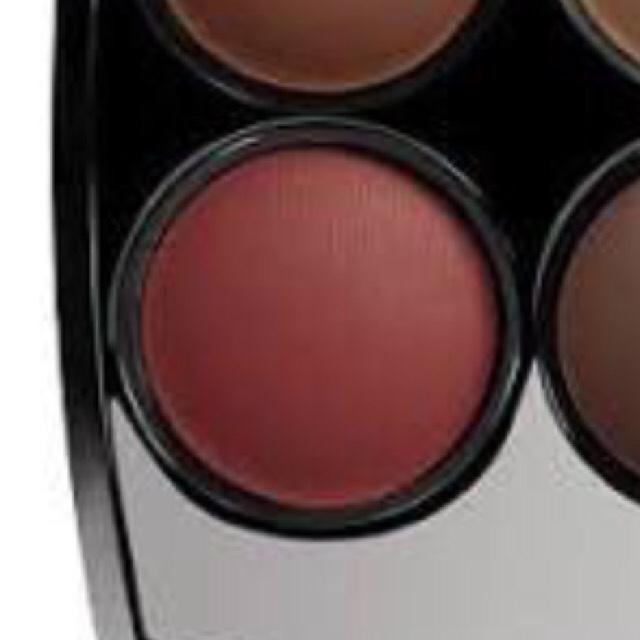 この色を目尻から締め色と同じ使い方でいれます。 下まぶたにも少しだけほんのり色付ける程度でいれます。