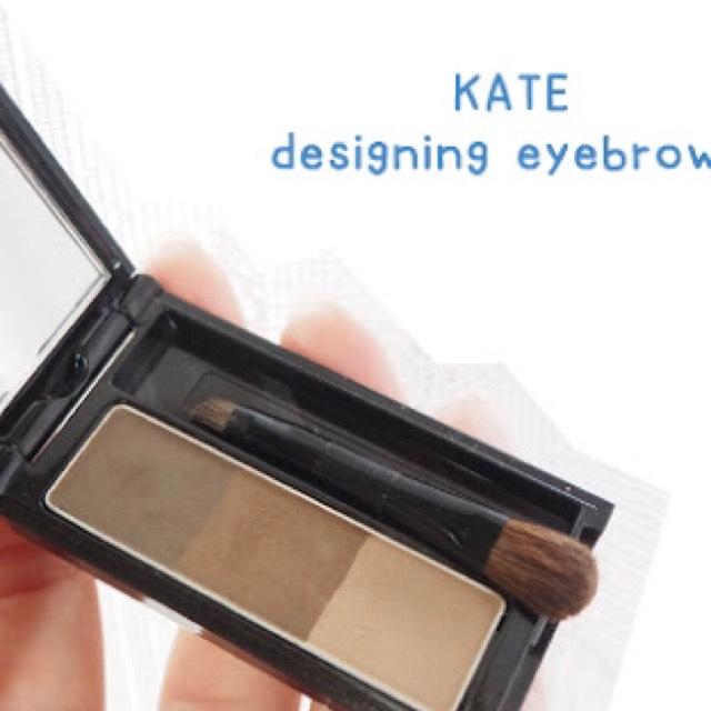 KATEのデザイニングアイブロウの左2色を混ぜて涙袋の影を描きます。 1番左の色でノーズシャドーも入れてます。