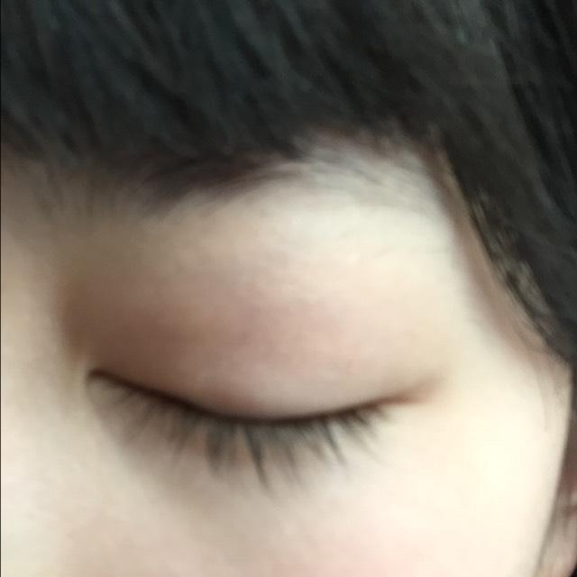 リンメルのシャドウの右から二つ目の色を薄く瞼にのせます。