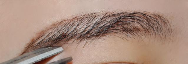 そしたら、眉毛のラインから飛び出た毛をハサミで切ります!