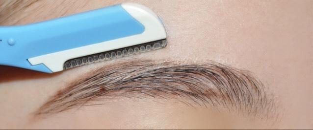 描いた眉毛の周りの余分な毛を剃ります!  (上から下に向けて)