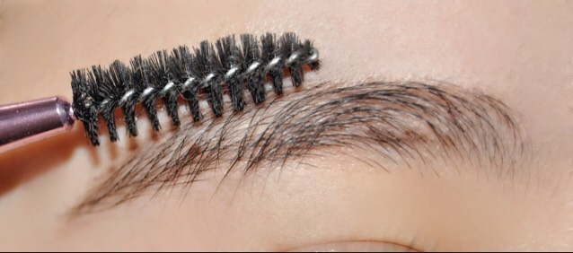 私は眉毛の長さも整えたいのでコームを使って眉毛を下に持っていきます!