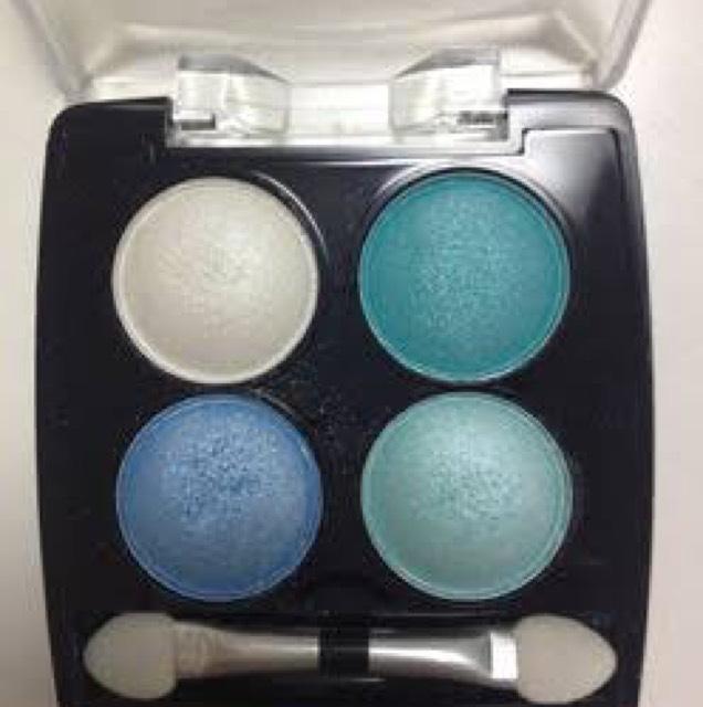 青のアイシャドウはダイソーのものです。発色がいいのでオススメ◎ ハイライトは左上のホワイト、青色は右上と左下の青を混ぜて入れました(^_^)