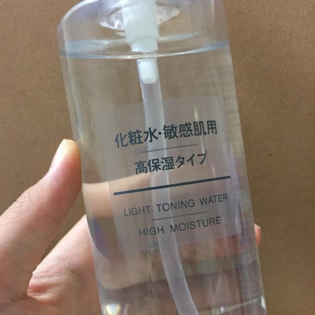 クレンジングと洗顔を済ませた後清潔な手で包み込むように化粧水をつけます