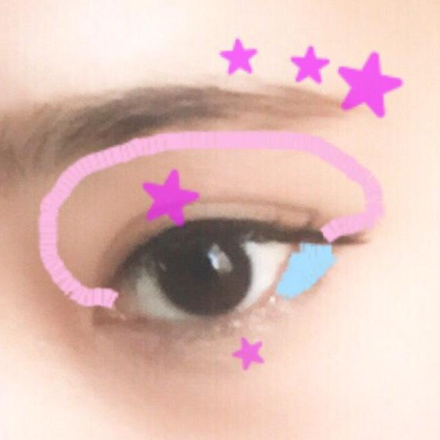 アイメイクはピンクの部分のアイホール全体にベージュ系のアイシャドウを入れ、二重幅にはオレンジか薄いブラウンをほんのりと乗せるだけ!濃ゆくならないようにします。 その代わり星の部分にラメの入ったホワイト系の色でハイライトをのて目に立体感を出します。 最後に水色の部分にブラウンのシャドウを入れ、目を引き締めます。 アイラインは下げ気味に5mm程長く描きます。