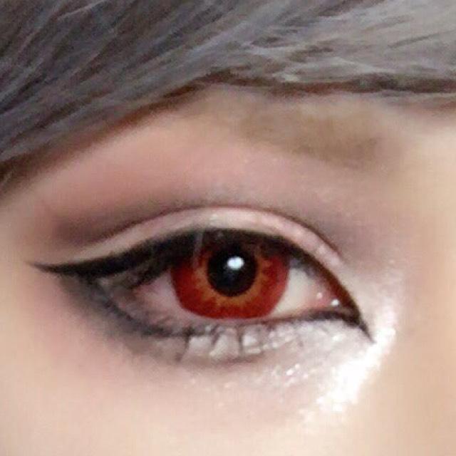 左の目は苦手で絶対失敗するのでいつも変な線が入ってしまいます。これはのりでも変わらずでした。