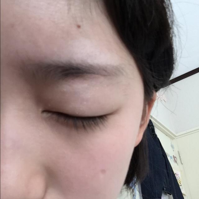 ♡アイシャドー アイシャドーベースを瞼にまんべんなく塗りアイシャドーのもちをよくします。