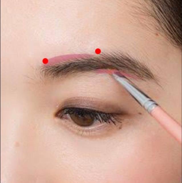 逃げ恥森山みくりの眉毛はシャープな平行眉です。 まず赤色の点と点を繋げ斜め上に1本1本書き足していきます。