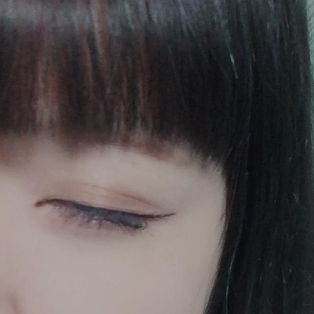 瞼全体にブラウンのシャドウを塗ります。  その上からボルドーのシャドウを薄く重ね塗りします。