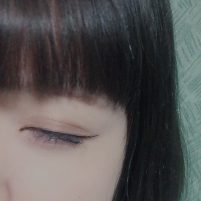 目尻の延長線を描くようにアイラインを入れます。  (終わりの部分を少しだけ跳ね上げると目を開いた時に丸い目に見えます!)