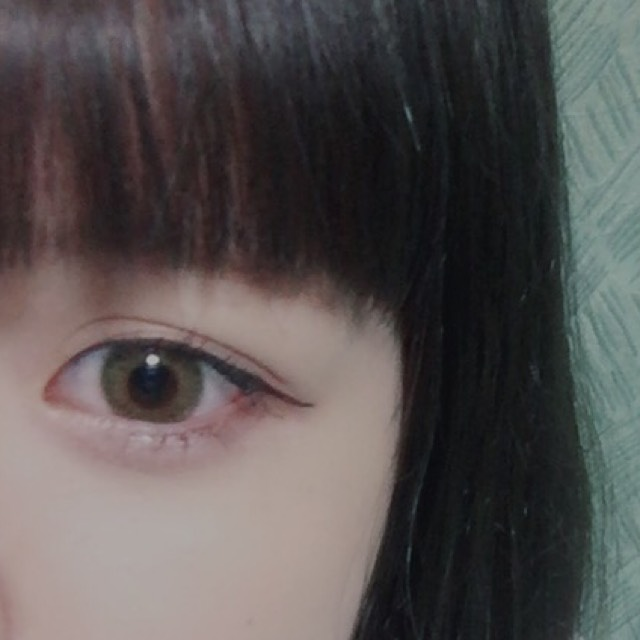下瞼全体にホワイトのシャドウを塗り上から透明なラメシャドウを乗せて涙袋を作ります。  (アイブロウペンシルで影を入れてもいいと思います!)